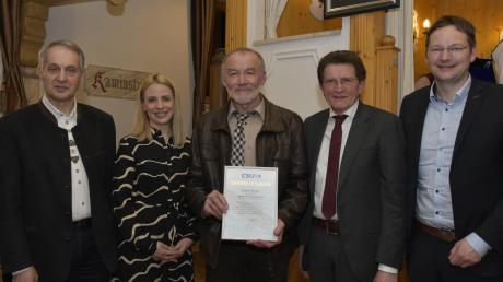 50 Jahre lang in der CSU ist Johann Mayer (Mitte). Ihm gratulierten beim traditionellen Fischessen (von links) Finningens Ortsvorsitzender Josef Häusler, Kristina Reicherzer, Georg Winter und Hans Reichhart.
