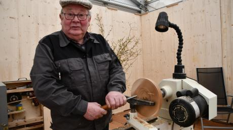Alois Reiter zeigt an seinem Stand, was man aus Holz alles machen kann. Der Hobby-Drechsler aus Mörslingen präsentiert auf der Landkreis-Ausstellung nicht nur seine Maschine, sondern auch einige Schalen und Deko-Artikel, die er zum Teil auf der Messe selbst fertigt.
