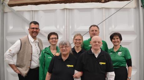 Florian Strehle (links) von der Wirtschaftsvereinigung Aschberg organisierte mit vielen Helfern von Vereinen aus der Umgebung und der Regens-Wagner-Einrichtung Glött einen schwäbischen Biergarten.