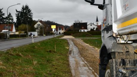 An der Römerstraße hat eine Baustelle Einzug gehalten. Die Straße ist spürbar geschädigt. Außerdem wird ein Rad- und Gehweg gebaut.