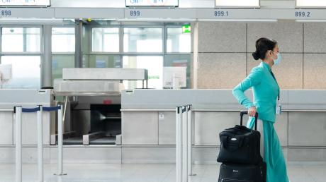 An den Flughäfen, im Bild Frankfurt/Main, sind viele Flüge gestrichen worden. Der Coronavirus wirkt sich aber nicht nur dort aus, sondern auch im Kreis Dillingen. Auch hier gibt es Konsequenzen.