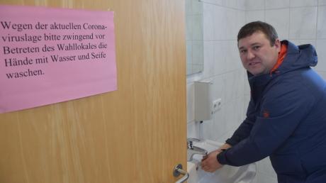 Hygiene zuerst – diese Vorgabe in Zeiten der Corona-Krise befolgte am Sonntagvormittag auch Christian Haase im Wahllokal in Lutzingen.