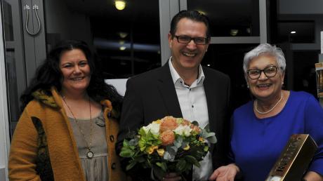 Ein strahlender Gewinner: Ingo Hellstern von der CSU ist der neue Bürgermeister in Bachhagel. Links im Bild seine Frau Silvia, rechts die amtierende Bürgermeisterin Ingrid Krämmel.