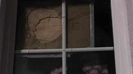 Mit Pappdeckel hat Familie Kopriva das Fenster vorerst zugemacht.