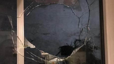 In Steinach beschädigte ein Unbekannter eine Fensterscheibe. Die Polizei sucht nach Zeugen. (Symbolbild)