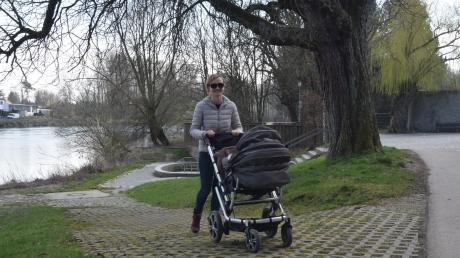 Das Donauufer zwischen Luitpoldhain und Donaubrücke wird neu gestaltet. Das Projekt zählt zu den wichtigsten Investitionen im Lauinger Haushalt. Am Mittwoch genoss Sina Klopfer-Hellwig mit ihrer Tochter Nora einen Spaziergang. Die Lauingerin freut sich, dass das beliebte Naherholungsgebiet aufgewertet wird.
