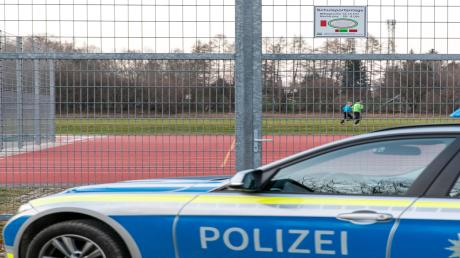 Wie Spielplätze sind auch Sportplätze gesperrt und werden von der Polizei überwacht.