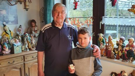 Hermann Waldenmayr (links) hat in diesen Tagen Jakob Gröner sein Döschen mit Rosenkranz zurückgegeben, das er im Wald bei Altenbaindt gefunden hatte.