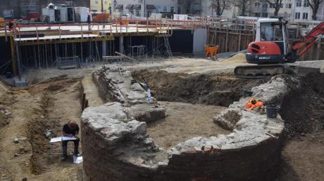 Die Fundamente des Eckturms der Stadtmauer aus dem Jahr 1674 haben Archäologen auf der Großbaustelle in der Dillinger Kapuzinerstraße freigelegt.