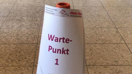 Weder die Pylonen, damit die Kunden Abstand halten, noch Absperrband half: Maler Ruck hat sein Geschäft jetzt eigenhändig komplett geschlossen.