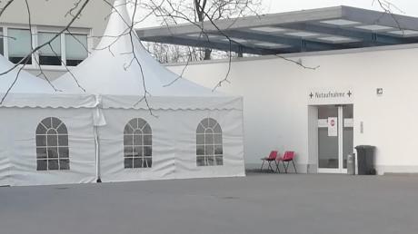 Vor dem Wertinger Krankenhaus steht seit einigen Tagen ein Zelt. Damit soll verhindert werden, dass Patienten ungehindert in die Notaufnahme gelangen.
