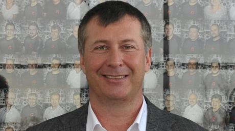 Geschäftsführer Alexander Merenda erläutert, dass Gartner Extrusion gegenwärtig unter Volllast produziert  - sogar an sechs Tagen der Woche.