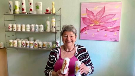 Roswitha Ertl aus Eppisburg gestaltet Osterkerzen.