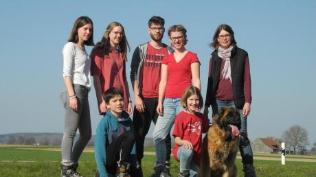 Familie Finger beim Inlineskating. Auf dem Foto vorn von links: Simon (13 Jahre), Marlene (10 Jahre), Hund Zizy (3 Jahre). Hinten von links: Antonia (20 Jahre), Johanna (16 Jahre), Christian (22 Jahre), Franziska (19 Jahre), Katja (46 Jahre). Nicht auf dem Bild zu sehen ist Papa Markus (53 Jahre).