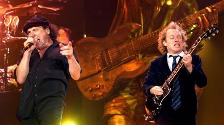 Der Sänger Brian Johnson (links) und der Gitarrist Angus Young von der Heavy-Rock-Band AC/DC bei ihrem Auftritt im Jahr 2000 in Stuttgart.