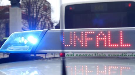 Ein Unfall ereignete sich in Krumbach beim Abladen eines Autotransporters.
