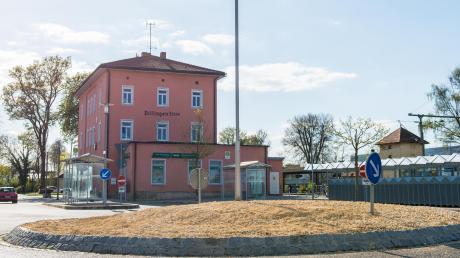 """Im Zuge der Aktion """"Unser Landkreis blüht auf"""" werden derzeit im gesamten Dillinger Stadtgebiet Blühflächen angelegt, so wie hier am Bahnhof."""