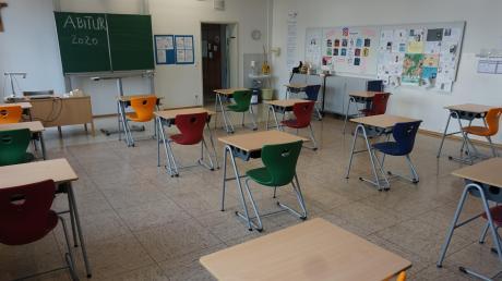 Der Mindestabstand der Tische wurde bereits umgesetzt, die Klassenzimmer im Bonaventura-Gymnasium in Dillingen sind jedoch noch menschenleer. Ab dem 27. April sollen die Abiturienten unter besonderen Umständen dort wieder pauken.
