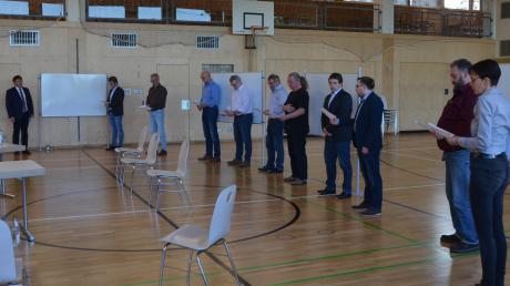 Bürgermeister Jürgen Frank (ganz links) hat gleich zehn neue Gemeinderäte für die kommende Periode vereidigt – in der Gemeindehalle und mit viel Abstand.
