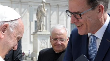 Bundesentwicklungsminister Gerd Müller wird mit dem Europäischen St.-Ulrichspreis ausgezeichnet. Wegen der Corona-Krise wurde die Preisverleihung, die an diesem Samstag geplant war, verschoben. Das Foto zeigt den CSU-Politiker im Jahr 2017, als er Papst Franziskus in Rom im Rahmen einer Generalaudienz den von seinem Ministerium entwickelten Marshallplan mit Afrika überreichte.
