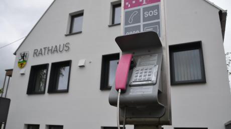"""""""Die Zeit von öffentlichen Telefonen ist vorbei. Sie kommt auch nicht mehr wieder.""""Am Rathaus in Bächingen steht nach wie vor ein sogenanntes Basistelefon. Angesichts geringer Umsätze wollte die Telekom das Gerät abbauen. Doch die Gemeinde Bächingen hat sich dafür ausgesprochen, es zu behalten."""