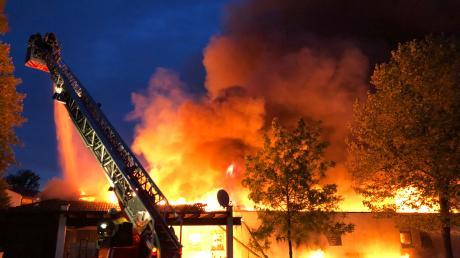Der Edeka in der Lutzinger Straße in Höchstädt stand in der Nacht zum Sonntag in hellen Flammen. Die Feuerwehren konnten ein Niederbrennen des Gebäudes nicht verhindern.