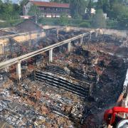 Ein Bild der Zerstörung: Wo am Samstag noch Menschen einkauften, ist jetzt nur noch eine Ruine übrig. Der Edeka in Höchstädt ist in der Nacht zum Sonntag abgebrannt.