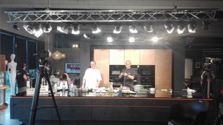 Glocke-Chef Daniel Stoiber (links) mit a.tv-Moderator Rolf Störmann im Riega-Kochclub bei der Aufzeichnung.