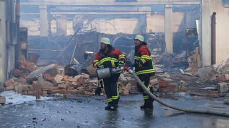 Ein Bild der Zerstörung: Der Edeka in Höchstädt ist in der Nacht zum Sonntag abgebrannt. Die Ermittler der Dillinger Kriminalpolizei gehen derzeit von dem Verdacht der Brandstiftung aus.