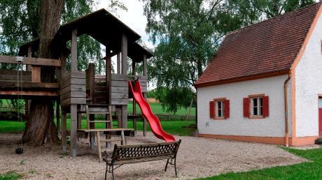 In der Gemeinde Lutzingen müssen die Spielplätze saniert werden. Bei einer turnusmäßigen Überprüfung sind vereinzelt Mängel nachgewiesen worden. So auch beim Spielplatz in der Lutzinger Bachstraße (Bild).