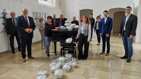 """Die mehrfach prämierte Künstlerin Anja Güthoff eröffnet ihre Kunstausstellung """"Im Fluss"""" in der Schlosskapelle in Höchstädt, die sie eigens für das heterogene historische Ambiente des Raumes und der Nähe zur Donau geschaffen hat."""