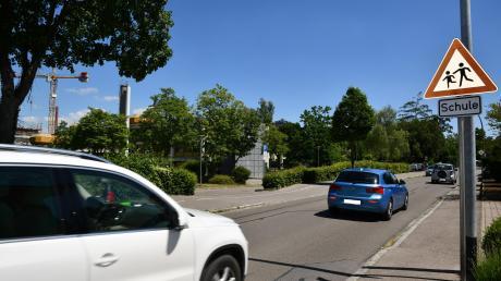 Die Ziegelstraße in Dillingen führt unter anderem ander Josef-Anton-Schneller-Mittelschule vorbei und liegt parallel zur alten B16. Viele Autofahrer nutzten die Straße am Dienstag als Umfahrung der gesperrten Kreisstraße.