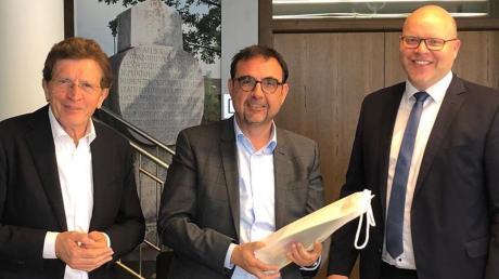 Auf dem Bild: (von links) Landtagsabgeordneter Georg Winter, Staatssekretär Klaus Holetschek und Bürgermeister Gerrit Maneth.