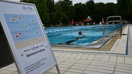 Überall im Dillinger Eichwaldbad ermahnen Schilder die Badegäste, den Abstand einzuhalten. Sowohl außerhalb als auch innerhalb der Becken.