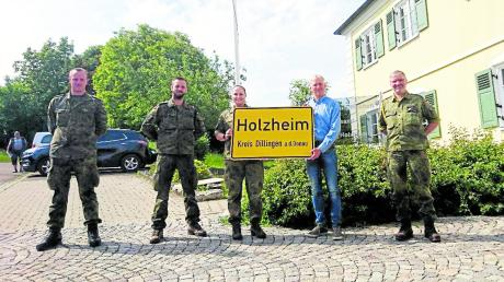 Zu Besuch in Holzheim: (von rechts) Spieß Oberstabsfeldwebel Christian Wagner, Bürgermeister Simon Peter, Kompaniechefin Hauptmann Sarah-Christin Geissler, Hauptfeldwebel Kunert, Hauptmann Von Bastineller.