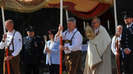 """Unter dem """"Himmel"""" trägt Monsignore Paul Sinz die Monstranz mit dem Allerheiligsten: Fronleichnamsprozessionen, wie 2019 in Fristingen, wird es in diesem Jahr am Donnerstag wegen Corona nicht geben."""