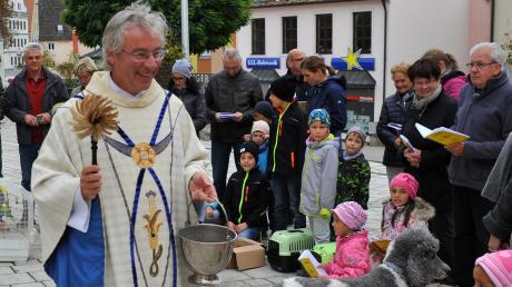 Der Gundelfinger Pfarrer Johannes Schaufler ist jetzt Dekan des katholischen Dekanats Dillingen. Das Archivfoto zeigt ihn bei einer Tiersegnung auf dem Gundelfinger Markplatz.