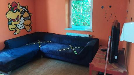 Das Bild ist im Höchstädter Treff 58 entstanden. Aufgrund der Corona-Pandemie mussten die Räumlichkeiten umgestaltet werden. So dürfen die jungen Leute beispielsweise nur mit Abstand gemeinsam auf dem Sofa abhängen.