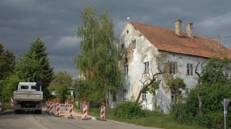 Dieses alte Gebäude, eine ehemalige Gastwirtschaft, steht mitten in Oberliezheim. Weil ein Tunnel, der unterirdisch über die Kreisstraße ragt, nicht mehr stabil genug ist, muss die Straße aktuell halbseitig gesperrt werden. Das Landesamt für Denkmalpflege prüft, wie es weitergeht.