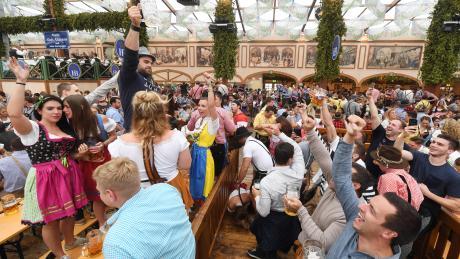 """Des einen Glück ist des anderen Leid: Das """"Donaulied"""" gehört zu den gängigen Hits, die gerne in Bayerns Bierzelten mitgesungen werden. Viele stören sich an einer Version des Volksliedes, in der explizit die Vergewaltigung einer jungen Frau beschrieben wird."""