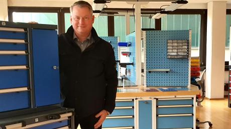Alexander Kollmann, Geschäftsführer der Firma Lokoma, hätte gerne Werkzeugschränke und Werkbänke für das Haus der Wirtschaft in Dillingen geliefert.  Er kritisiert die Ausschreibung.