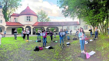 Freiluftprobe im Schlossgarten: Etwa 30 Musiker der Dillinger Stadtkapelle spielten am Donnerstagabend unter der Leitung von Marie-Sophie Schweizer den Bozner Bergsteigermarsch.