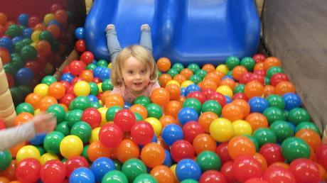 Im Höchstädter Kindergarten Don Bosco wird das beliebte Bällebad verschoben, damit weitere Krippenkinder untergebracht werden können.