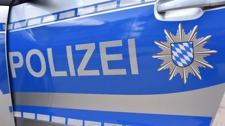 Ein 25-Jähriger ist am Samstag bei Bächingen mit sienem Auto von der Straße abgekommen. Der Wagen prallte gegen einen Baum.