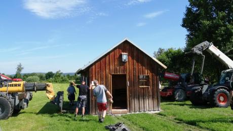 Zahlreiche Helfer packten mit an, damit das komplette Bienenhaus abhob. Da war Millimeterarbeit notwendig. Doch die Aktion gelang.