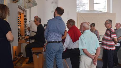 Ein Novum beim Dillinger Orgelsommer 2019: Nach dem Konzert von Ignacio Ribas Taléns gewährte Orgelbauer Norbert Bender Hörern faszinierende Einblicke in die Funktionen der Basilikaorgel. Wegen Corona wird es ein solches Foto dieses Mal nicht geben.