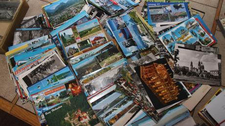 Geben Sie es zu, irgendwo liegen Berge von Postkarten. Von wem? Woher? Von wann? Oder haben Sie eine Lieblingspostkarte an der Küchenwand hängen? Als Lesezeichen im aktuellen Krimi liegen? Lassen Sie es uns wissen!