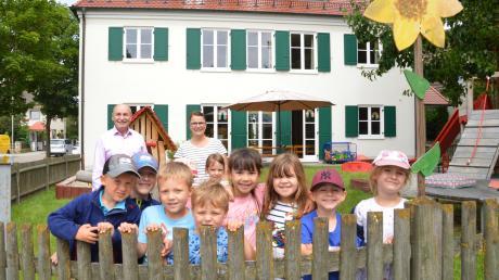 Bürgermeister Friedrich Käßmeyer besuchte die ausscheidende Kindergartenleiterin Christine Buhl und die Kinder im Garten des Kindergartens an der Hauptstraße in Glött. Ab dem 1. Juli ist der Kindergarten wieder voll besetzt.