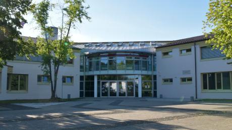 An der Mittelschule Wertingen im Landkreis Dillingen steht eine Abschlussklasse unter Quarantäne. Der Grund: Ein Familienmitglied eines Schülers ist am Coronavirus erkrankt. Das Gesundheitsamt Dillingen testet nun die betroffenen Schüler.