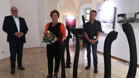 Die Künstler Angelika Haschler und Robert Herzog (rechts) stellen in Höchstädt aus. Links: Bürgermeister Gerrit Maneth.